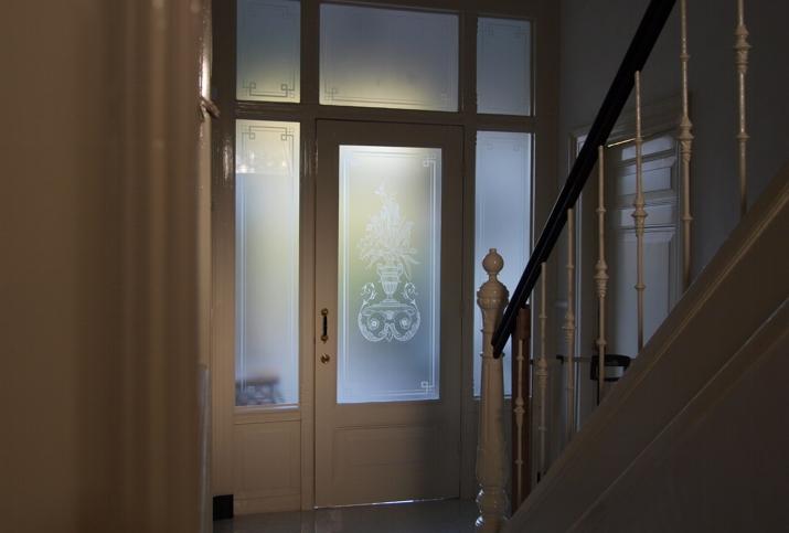 geetst glas in momumentaal huis