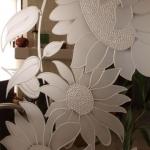 detail gezandstraald glas zonnebloemen-edelglas