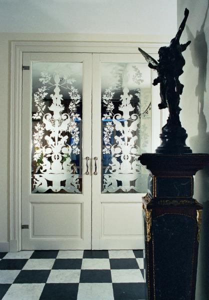 gezandstraald glas met afbeelding in louis seize stijl (Lodewijk stijl)