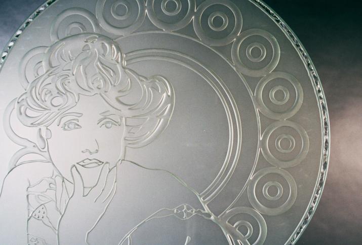 glazen deur van gezandstraald glas met mucha