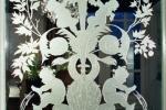 detail gezandstraald glas met afbeelding in louis seize stijl (Lodewijk stijl)