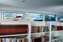 glas in lood boven boekenkast edelglas