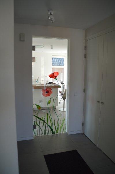 https://www.edelglas.nl/wp-content/gallery/glazen-deuren_1/glazen-deur-gebrandschilderde-klaprozen-edelglas.jpg?x41857
