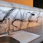glazen-achterwand-keuken-grafitti-wit-zwart-edelglas